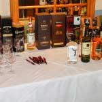Sieben Whiskyes, darunter ein Poitín